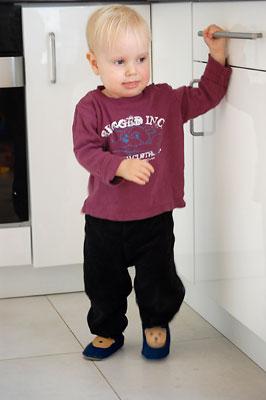 Miękkie skórzane kapciuszki dla chłopca granatowe z misiem marki Paputki.pl