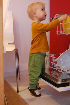 Chłopiec z brązowymi paputkami